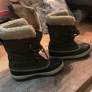 Women's forest green fur sorel boots size 8.5
